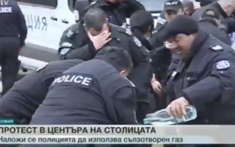 La policía búlgara no pensó en la dirección del viento antes de usar el spray de pimienta