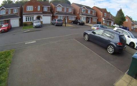 Utiliza su Range Rover para cerrarle el paso a unos ladrones que acaban de robar en casa de uno de sus vecinos