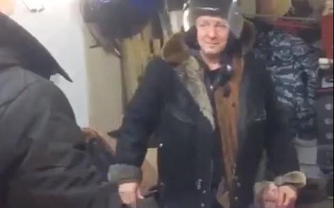 Este señor ruso está convencido de que dos abrigos son capaces de parar una bala