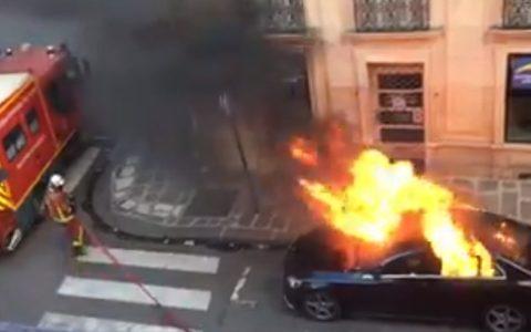 No sé si los bomberos intentan apagar el fuego o simplemente odian los Mercedes
