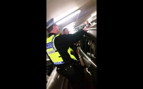 Pilla a un ladrón dentro de su coche y le encierra dentro para reírse de él hasta que llegue la policía