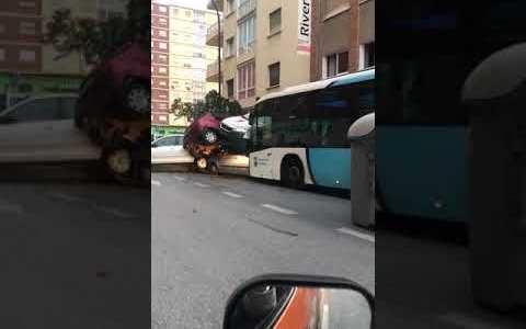 Un conductor de autobús sufre un infarto y arma el apocalipsis en Málaga