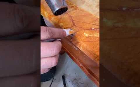 Arreglando una mesa usando un huevo