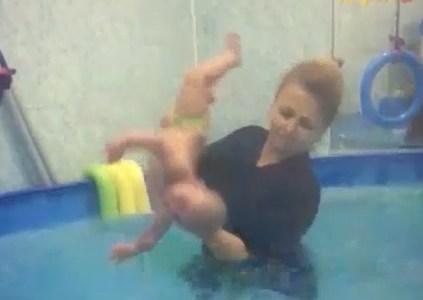 La curiosa técnica con bebés de una monitora de natación rusa