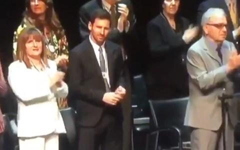 """Messi cortocircuitando y sin saber qué hacer durante un largo aplauso a los """"presos políticos"""" en la entrega de la Cruz de Sant Jordi"""