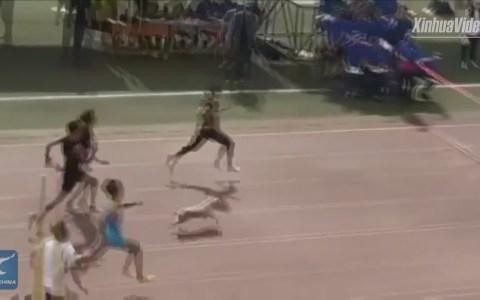 Un perro se cuela en una carrera de 100m y disputa la victoria hasta el final