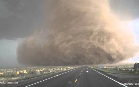 Viendo de MUY cerca la creación y crecimiento a tiempo real de un tornado gigante