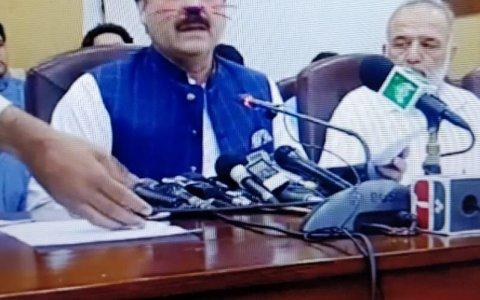 Un ministro pakistaní aparece por error con orejas de gato en una retransmisión en Facebook Live