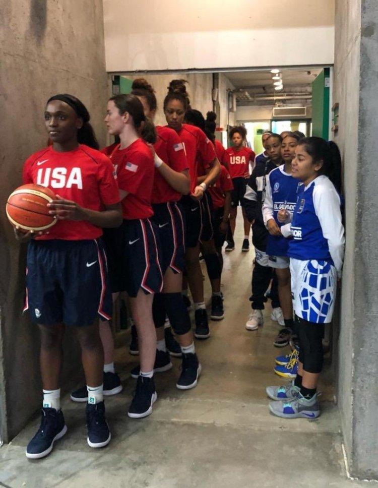 Equipo de baloncesto femenino de EE.UU vs El quipo de Salvador. El resultado fue 114-19
