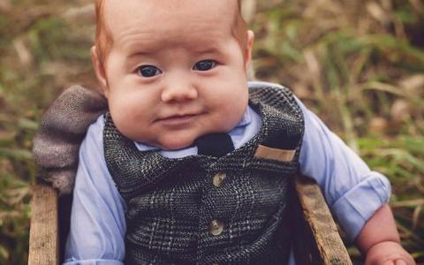 Este niño está listo para servirte una pinta en su pub de Irlanda