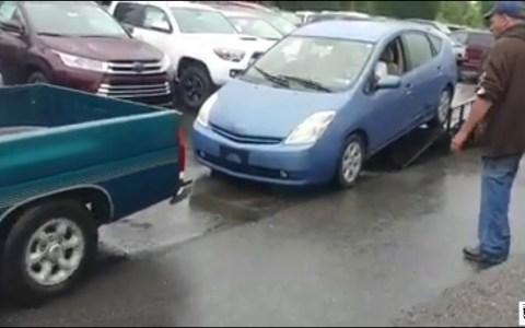 Cómo subir correctamente un Prius a una grúa