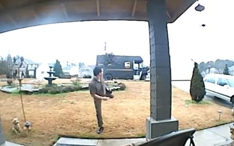 Un repartidor de UPS es atacado por ninjas invisibles durante una entrega