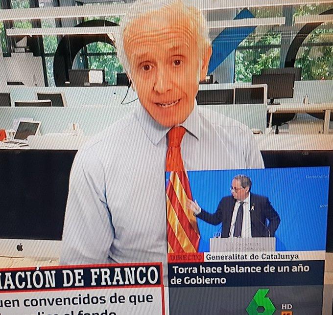 Gracias a la magia de la televisión, podemos ver a Eduardo Inda luciendo una corbata catalana y a un pequeño Torra quitándole las arrugas.