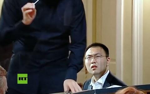 Un pianista descubre en pleno concurso que sus notas y las de la orquesta sinfónica son diferentes