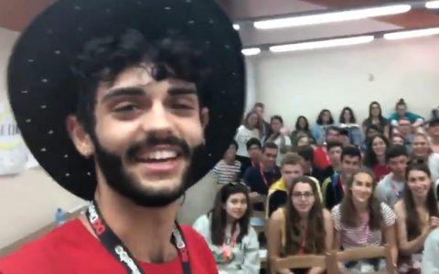 Termina el campamento en inglés y le dice a sus alumnos que en realidad es español