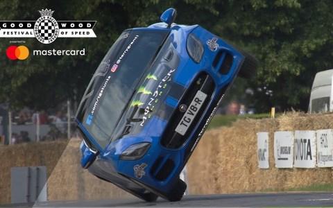 Terry Grant se casca toda la pista de Goodwood a dos ruedas en un Jaguar F-Type