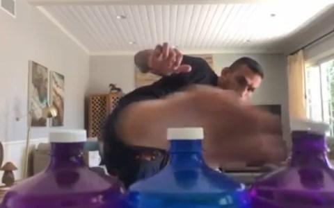Excampeón de UFC lleva el 'BottleCapChallenge' a otro nivel al abrir tres botellas con una sola patada