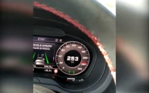 Me grabaré circulando a 263 km/h y lo subiré a Internet... ¿qué podría salir mal?