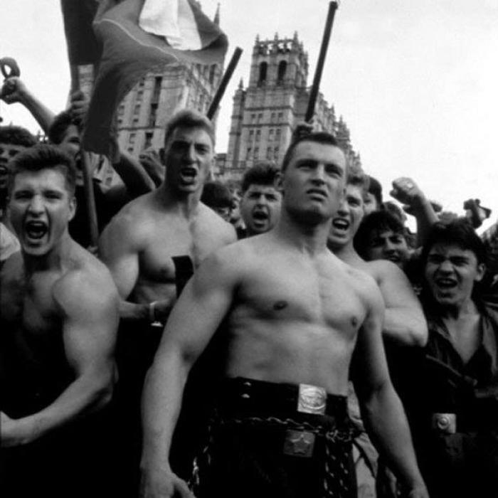 Un grupo de lyuberas, una subcultura urbana dedicada a renegar del alcohol y llevar al máximo exponente el culto al cuerpo en la antigua URSS.