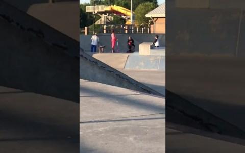 """Una mujer en """"silla de gordos"""" entra en un skate park y..."""