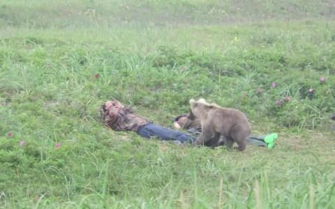 Imagina estar durmiendo en las praderas de la estepa rusa y que te despierte... UN OSO