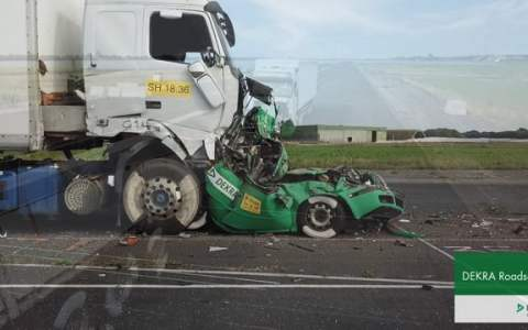 """Esto es lo que le pasa a un coche cuando dos camiones le hacen un """"sandwich"""" a solo 43Km/h"""