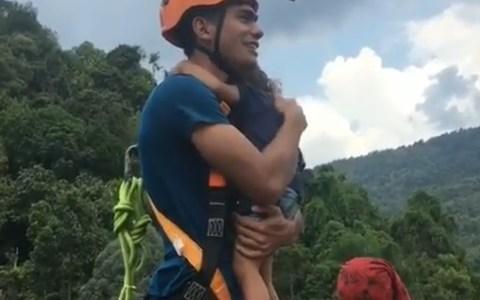 Haciendo bungee jump con su hija pequeña en brazos