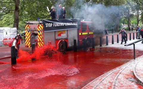 """Activistas se hacen con un camión de bomberos para """"crear un incendio"""" (Sale mal)"""