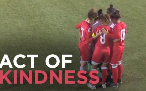 Atentos a lo que pasa cuando una jugadora de fútbol pierde su hijab