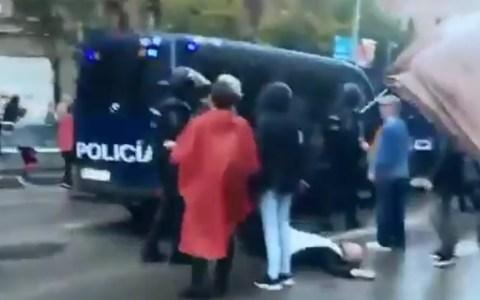 Never forget el notas que estuvo buscando la foto tirándose todo el rato delante de la policía pero ellos pasan de él hasta que simplemente lo apartan