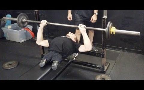 Rowdy Burton pone a prueba su fuerza en un gimnasio