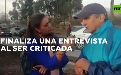 Una reportera de Ecuador para la entrevista cuando las respuestas del entrevistado no le gustan