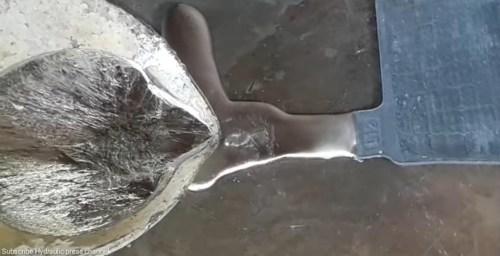 Pakistaníes restaurando baterías de camión: el vídeo que estabas esperando