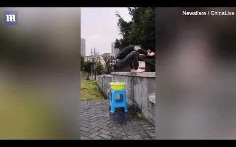 Un chino tiene una técnica que crea la ilusión de estar saltando sobre el agua
