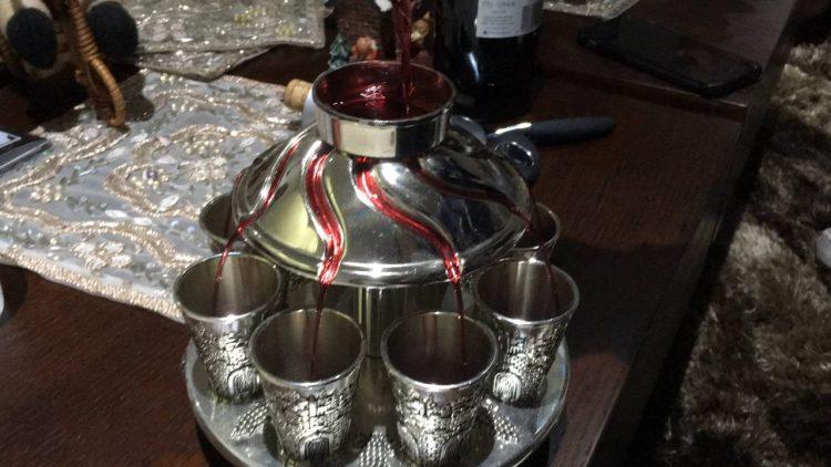 Dispensador de vino con el que se pueden llenar 9 copas de vino al mismo tiempo