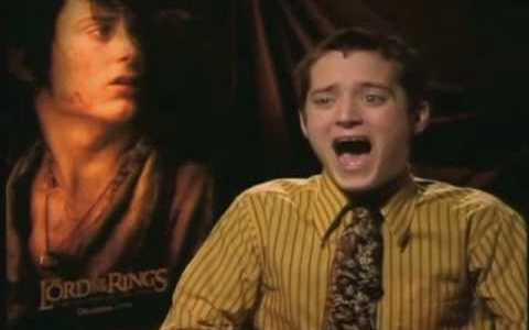 Cuando Dominic Monaghan se hizo pasar por un entrevistador indiscreto para gastarle una broma a Elij... a FRODO