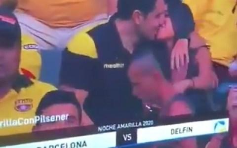 Cuando le dices a tu mujer que vas al estadio con tus amigos y te enfocan con la otra...