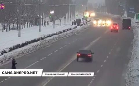 Un conductor para en medio de la carretera para darle un curso acelerado de seguridad vial a una persona que cruzó la carretera por donde no debía