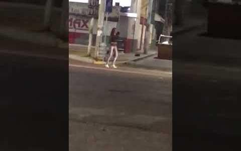 Una mujer le roba un fusil a unos agentes y empieza a disparar contra los transeúntes