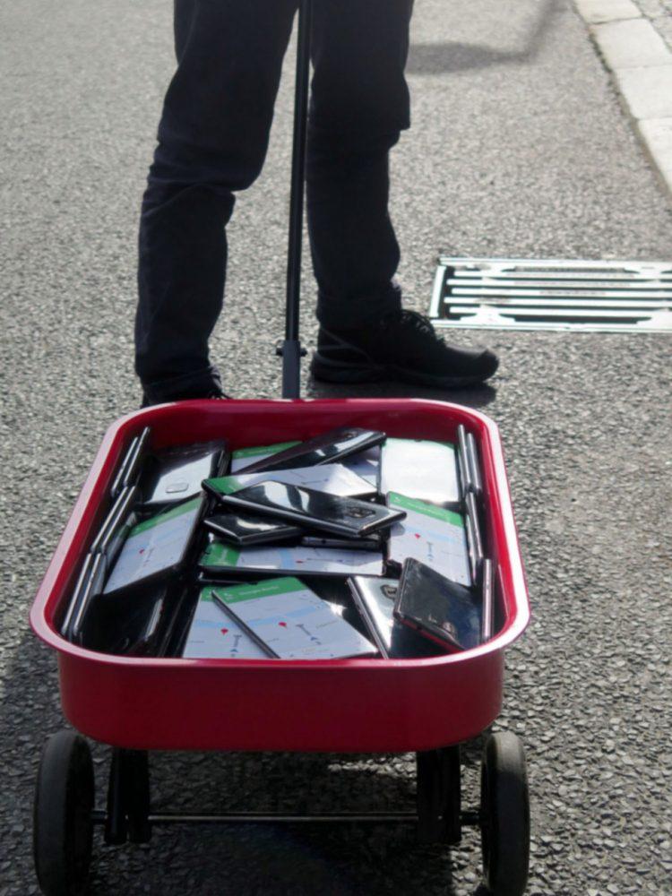 Lleva 90 móviles en un carrito para trolear a Google Maps y que piense que hay super atascos allá por donde pasa