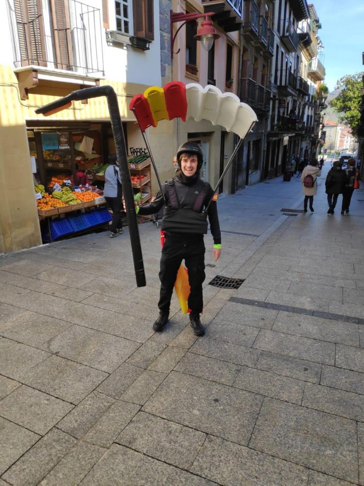 Disfrazaco de paracaidista enganchado en farola