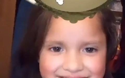 Ese filtro de Instagram la tiene tomada con esta pobre niña...