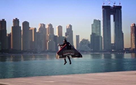 Jetman subiendo a 1800 metros sobre los edificios de Dubai, y haciendo loopings a más de 240km/h