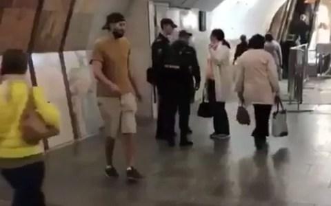 Me llevaré a este policía diminuto, ¿Qué podría salir mal?