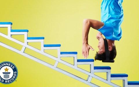 Record Guinness de subir escaleras dando saltos con la cabeza