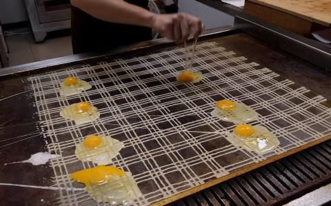 Tortilla callejera china con una elaboración realmente curiosa