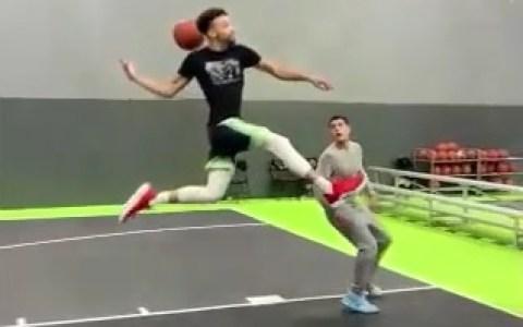 Una mate que lo llega a hacer el jugador de basket de moda, y lo tenemos en todos los informativos