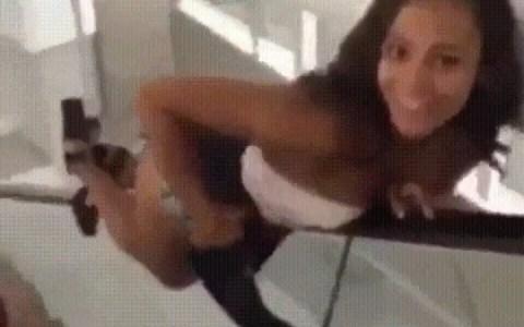 Cuando quieres fardar delante de una chica y acabas partiéndote el femur y el tobillo...