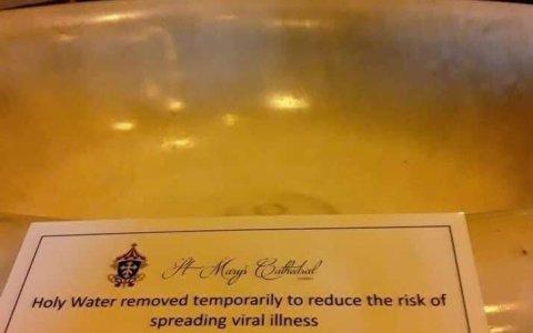 Nada da mas confianza en las creencias religiosas sobre un ser todopoderoso, que una iglesia retirando el agua bendira por peligro de virus