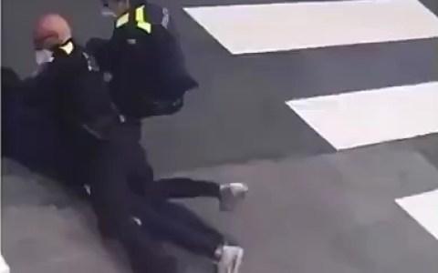 La policía ayudando a un pobre joven que se ha caído de la moto